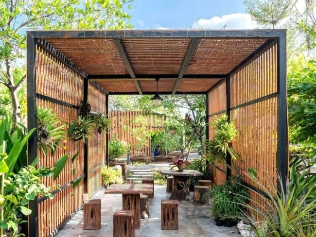 Pergolado moderno de bambu e ferro