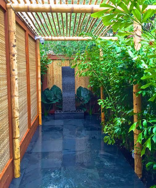 Pergolado pequeno de bambu com piso de ardosia