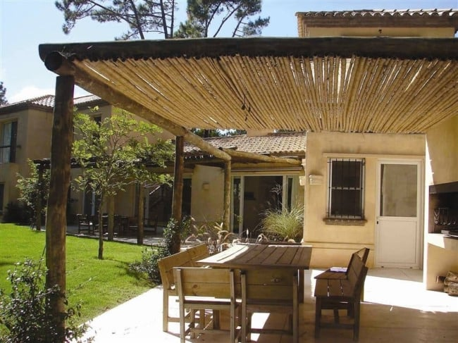Pergolado rústico com bambu e toras