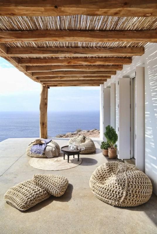 Pergolado rústico com cobertura de bambu para casa na praia