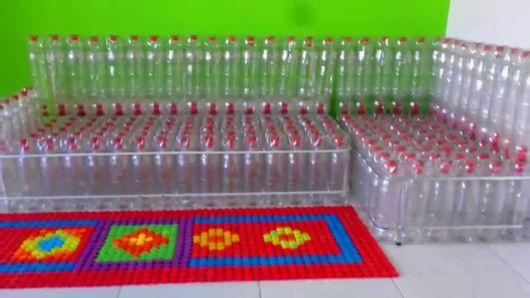 sofá de garrafas