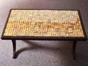 mesa de sala de artesanato com rolhas