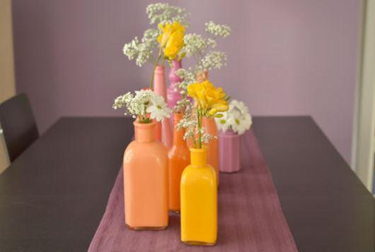 artesanato em garrafa de vidro com tinta dentro flores