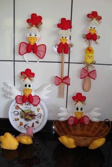 galinha foi decorada com bolsinhos para guardar itens de cozinha