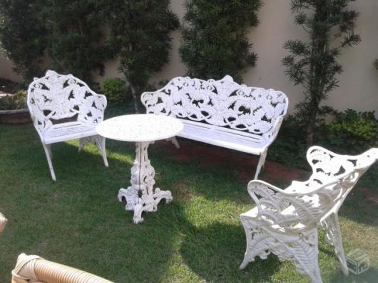 bancos de jardim branco com mesa