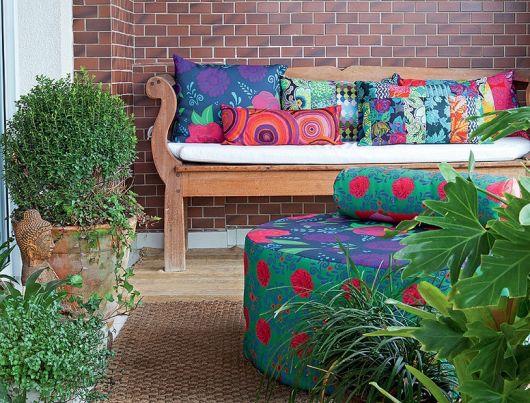 bancos de jardim com almofadas coloridas