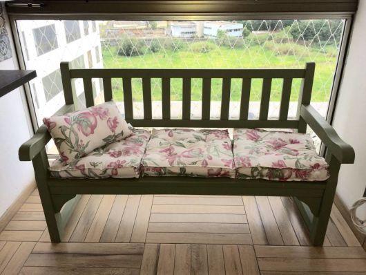 bancos de jardim com almofadas floridas