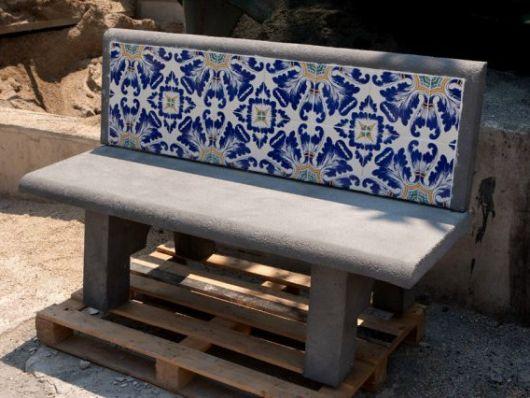 bancos de jardim com cimento e azulejos
