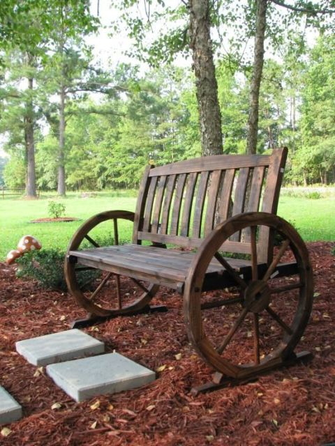 bancos de jardim com roda de carroça