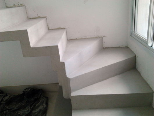 cimento queimado branco escada
