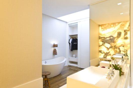 closet com banheiro banheira CLEAN