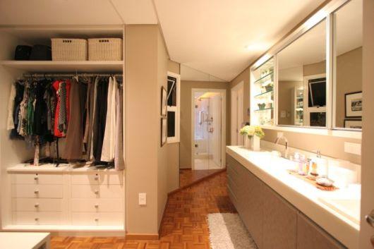 closet com banheiro clean
