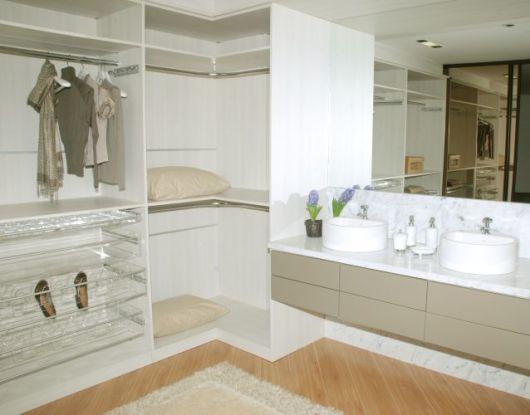 closet com banheiro duplo branco
