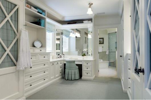 closet com banheiro e penteadeira