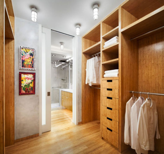 closet com banheiro madeira