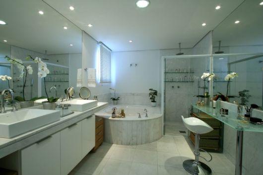 closet com banheiro penteadeira vidro