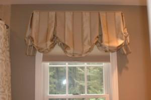 decoração de banheiro luxo com cortina para janela de banheiro