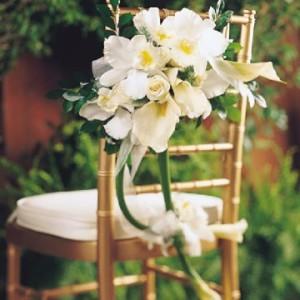 decoração com orquídea em cadeiras e mesas