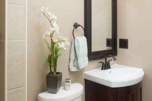 decoração com orquídea no banheiro social
