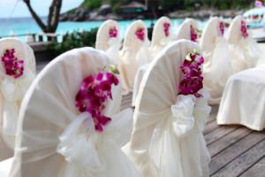 decoração com orquídea em cadeiras para casamento na praia