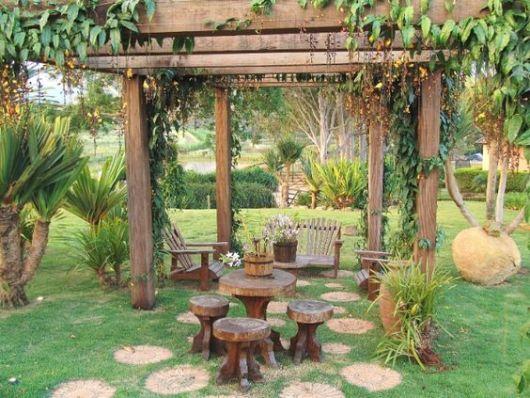 jardim rústico com troncos