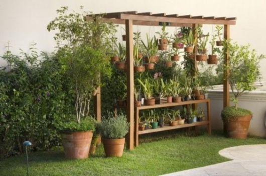 jardim rústico pergolado e plantas