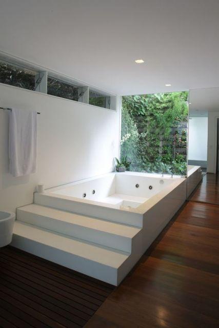 banheiro com parede de vidro