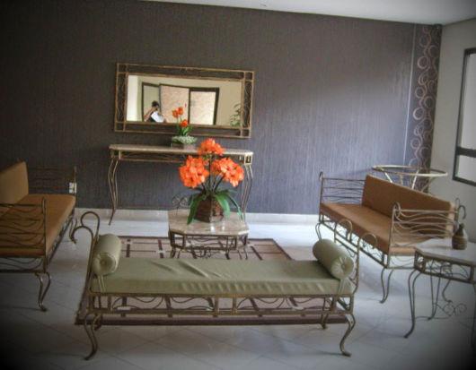 decoração com móveis de ferro dourado