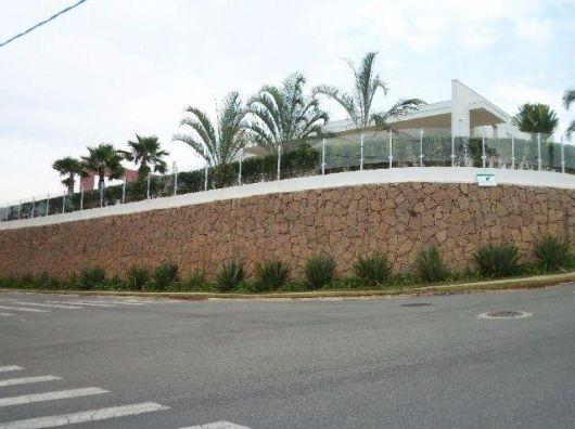 casa com muro de arrimo