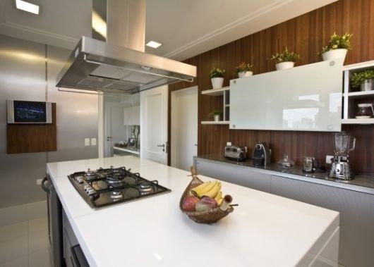 cozinha com ilha e coifa