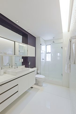 banheiro branco e roxo