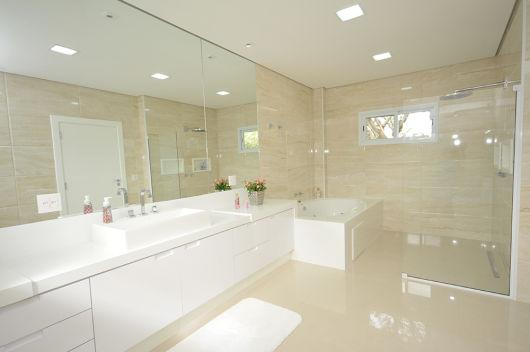 banheiro branco e bege