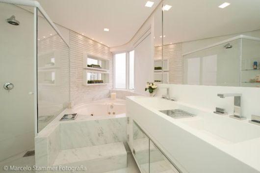 banheiro com banheira moderno