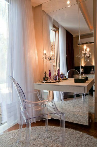 penteadeira moderna com cadeira transparente