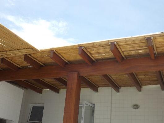 pergolado de bambu com madeira
