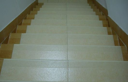 escada piso cerâmico