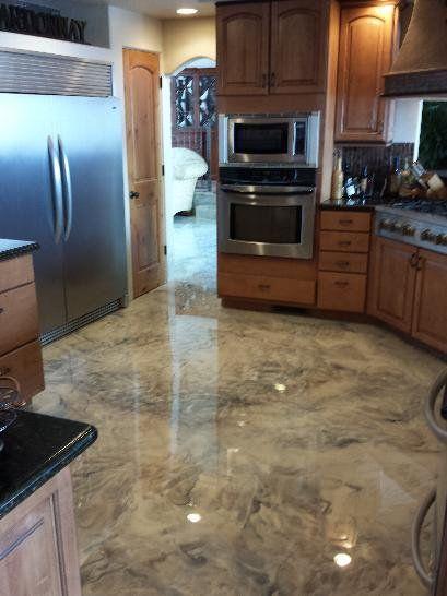 cozinha com piso imitando mármore