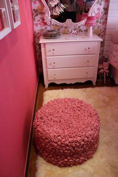 A parede rosa caracteriza o quarto