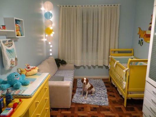 quarto de bebê amarelo com azul móveis
