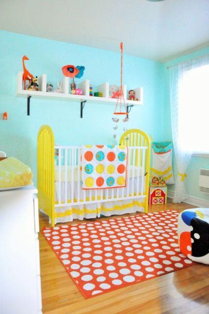 quarto de bebê amarelo com azul parede