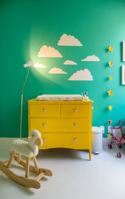 quarto de bebê amarelo e azul