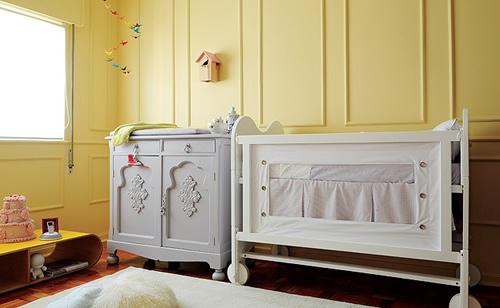 quarto de bebê amarelo e branco clássico