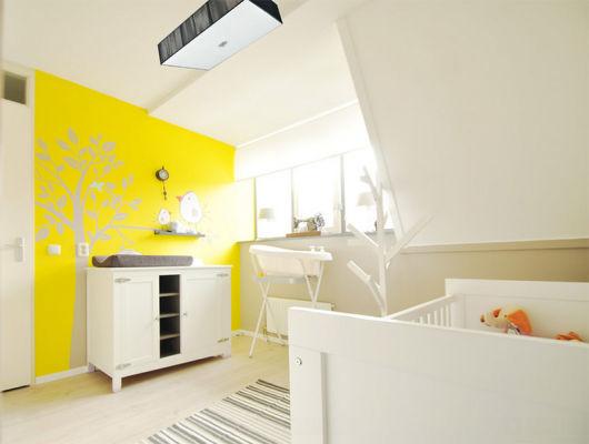 quarto de bebê amarelo e branco lindo