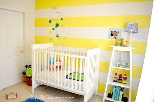 quarto de bebê amarelo e branco listras