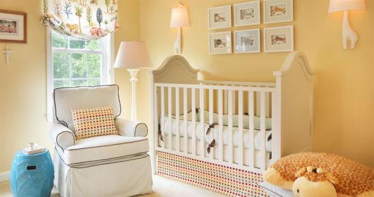 quarto de bebê amarelo e branco