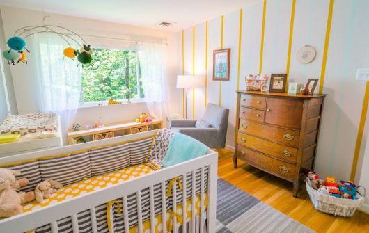 quarto de bebê amarelo e cinza discreto