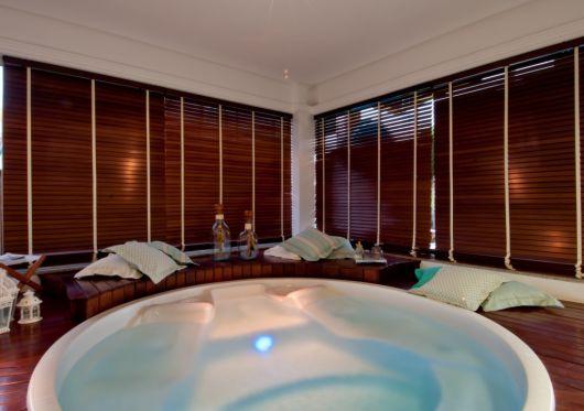 spa em casa com banheira de hidromassagem