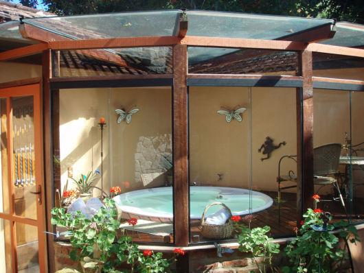 spa em casa com deck de madeira