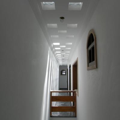 corredor com blocos de vidro