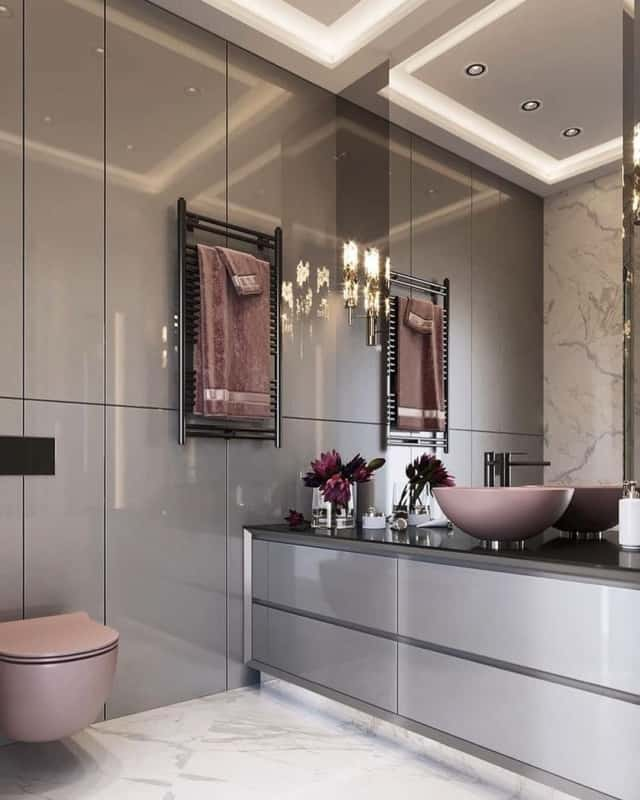 Banheiro com armários fendi laqueados e louças rosa chá